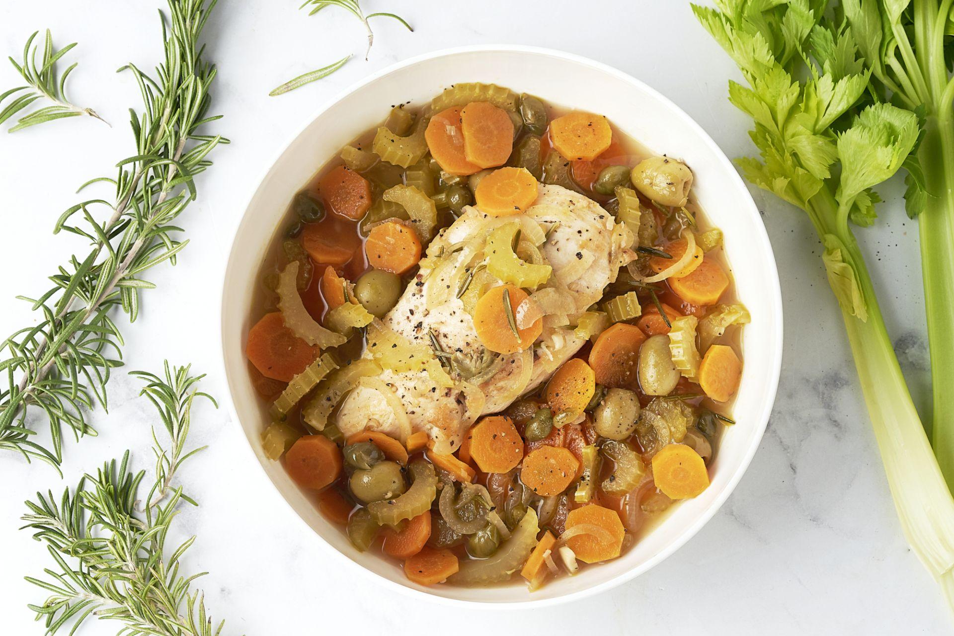 Stoofpotje met kip, groenten en olijven
