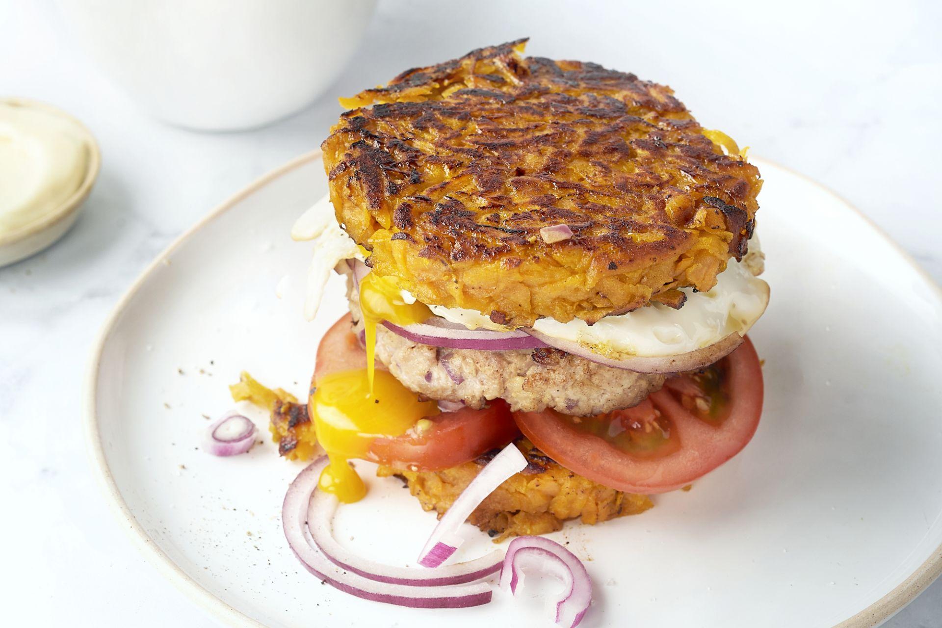 Hamburger met 'zoete aardappelbroodje' en spiegelei
