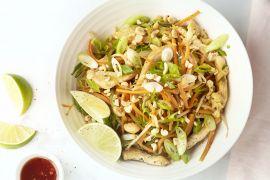 Foto van Pad thai van groentenoedels met kip