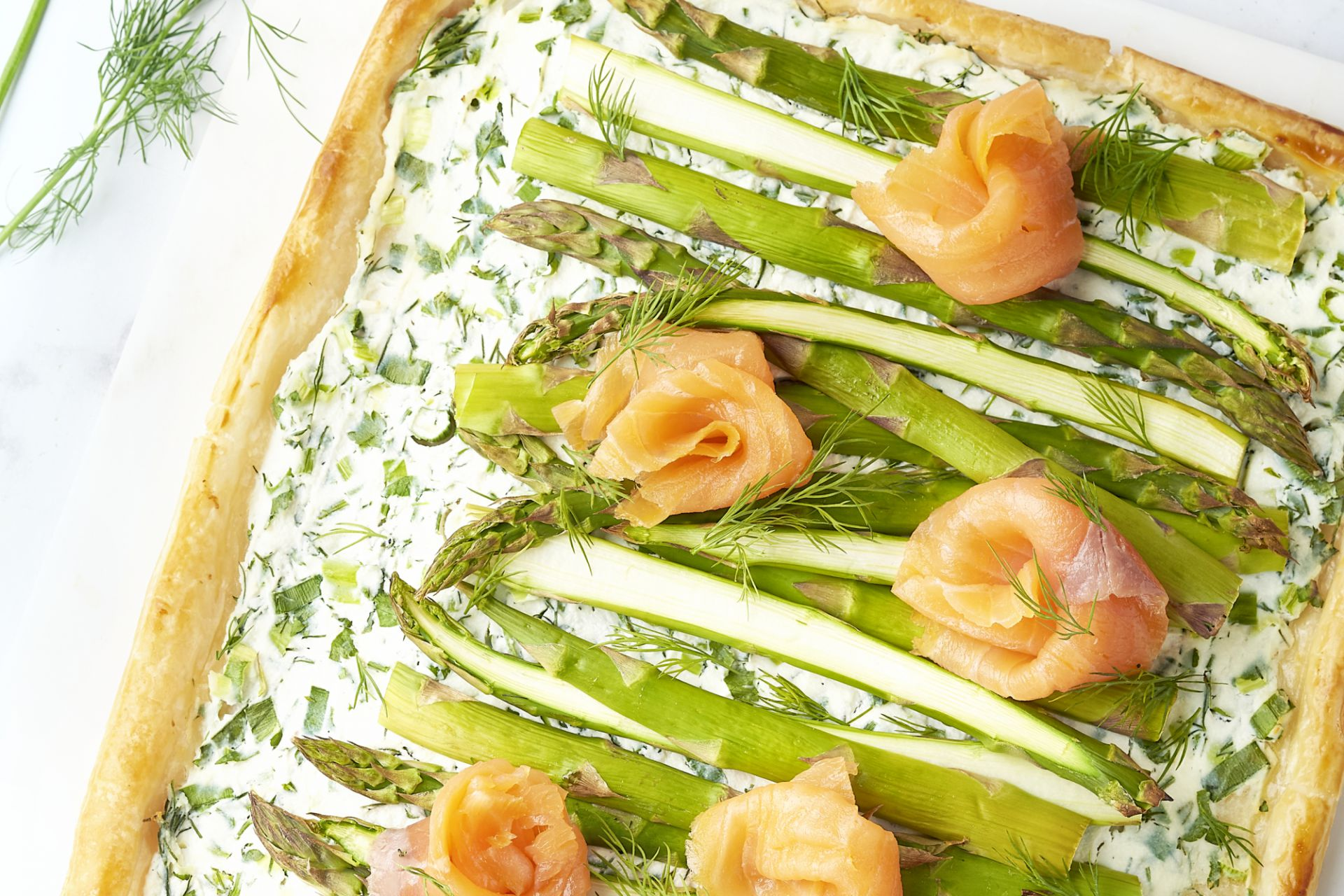 Plaattaart met groene asperges, ricotta en gerookte zalm