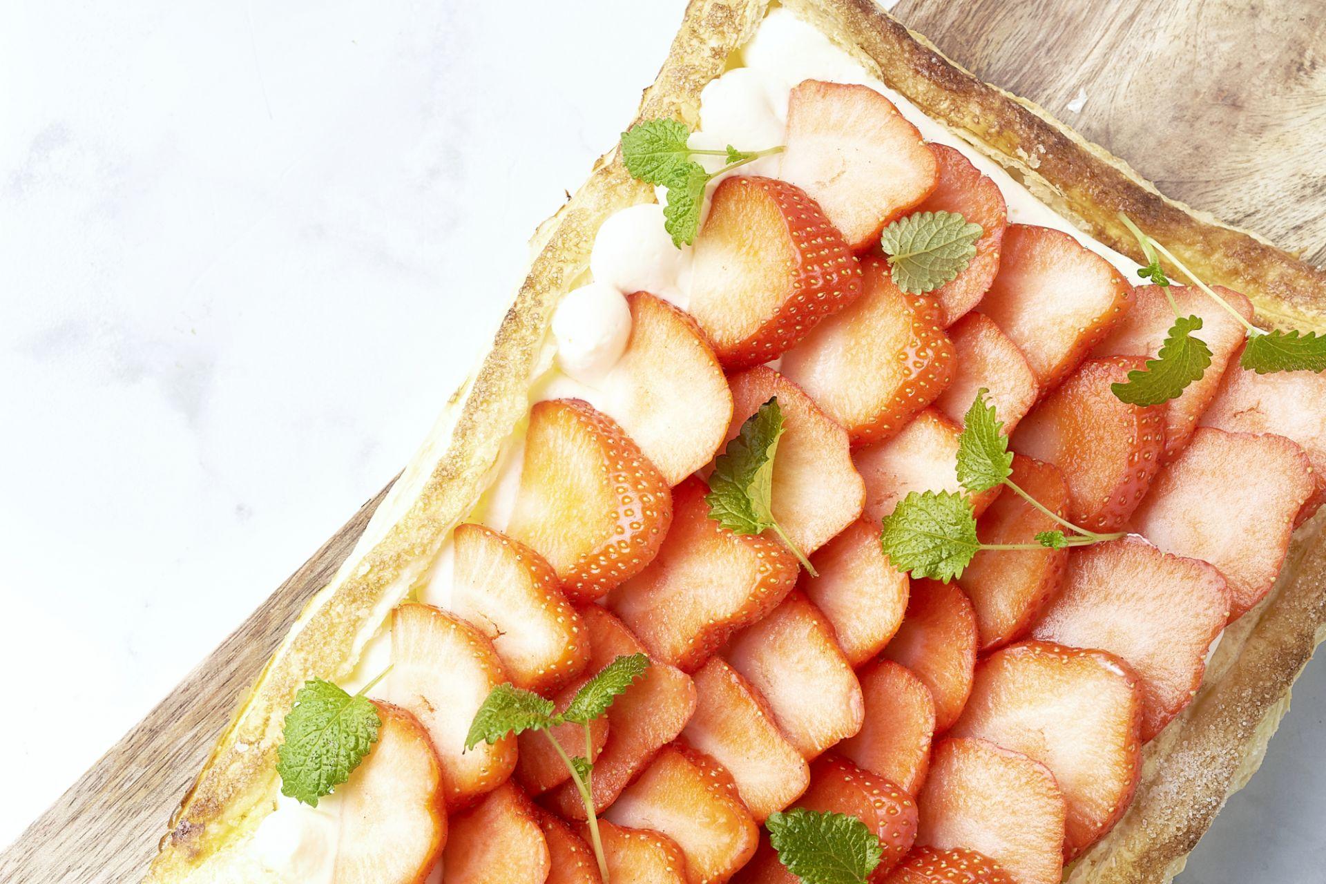 Bladerdeegtaart met cheesecake vulling en aardbeien