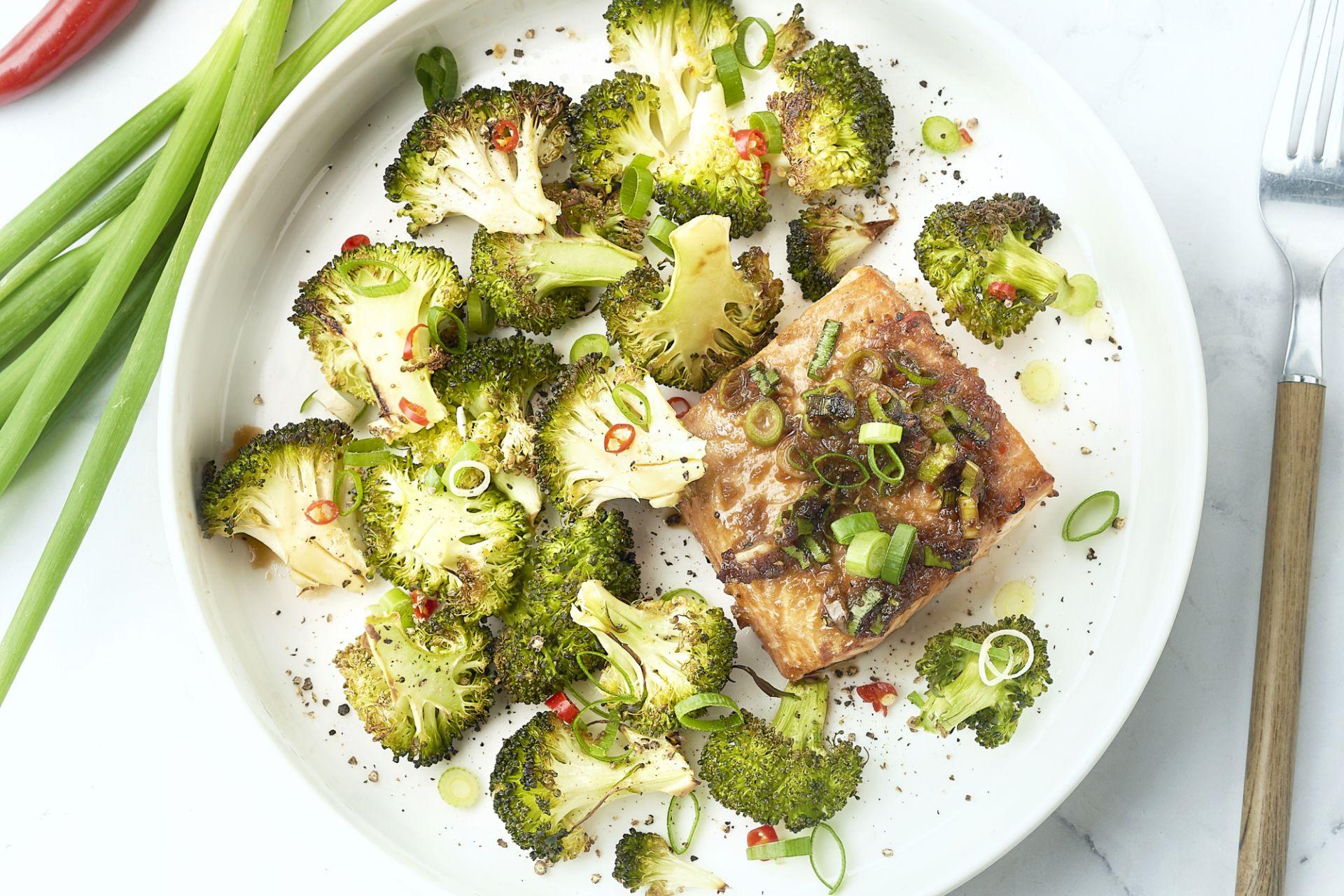 'Traybake' met zalm en broccoli