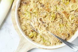 Foto van Ovenschotel met gerookte makreel, prei, witte kool en notenkorst