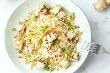 Aziatische koolsla met krokante tofu en pindasaus