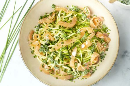 Courgettespaghetti met gerookte zalm en citroenroomsaus