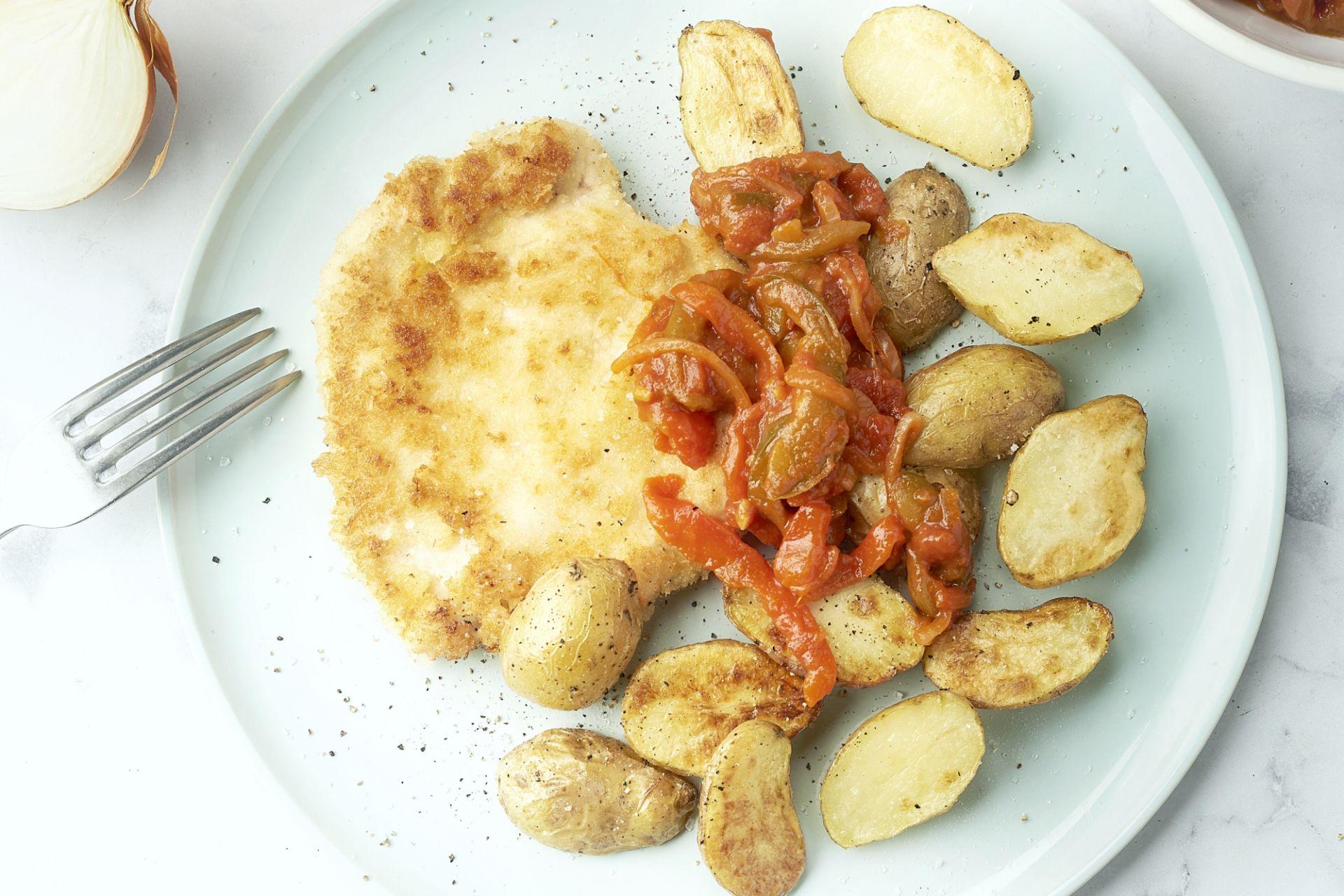 Kipschnitzel met piperade en geroosterde krieltjes