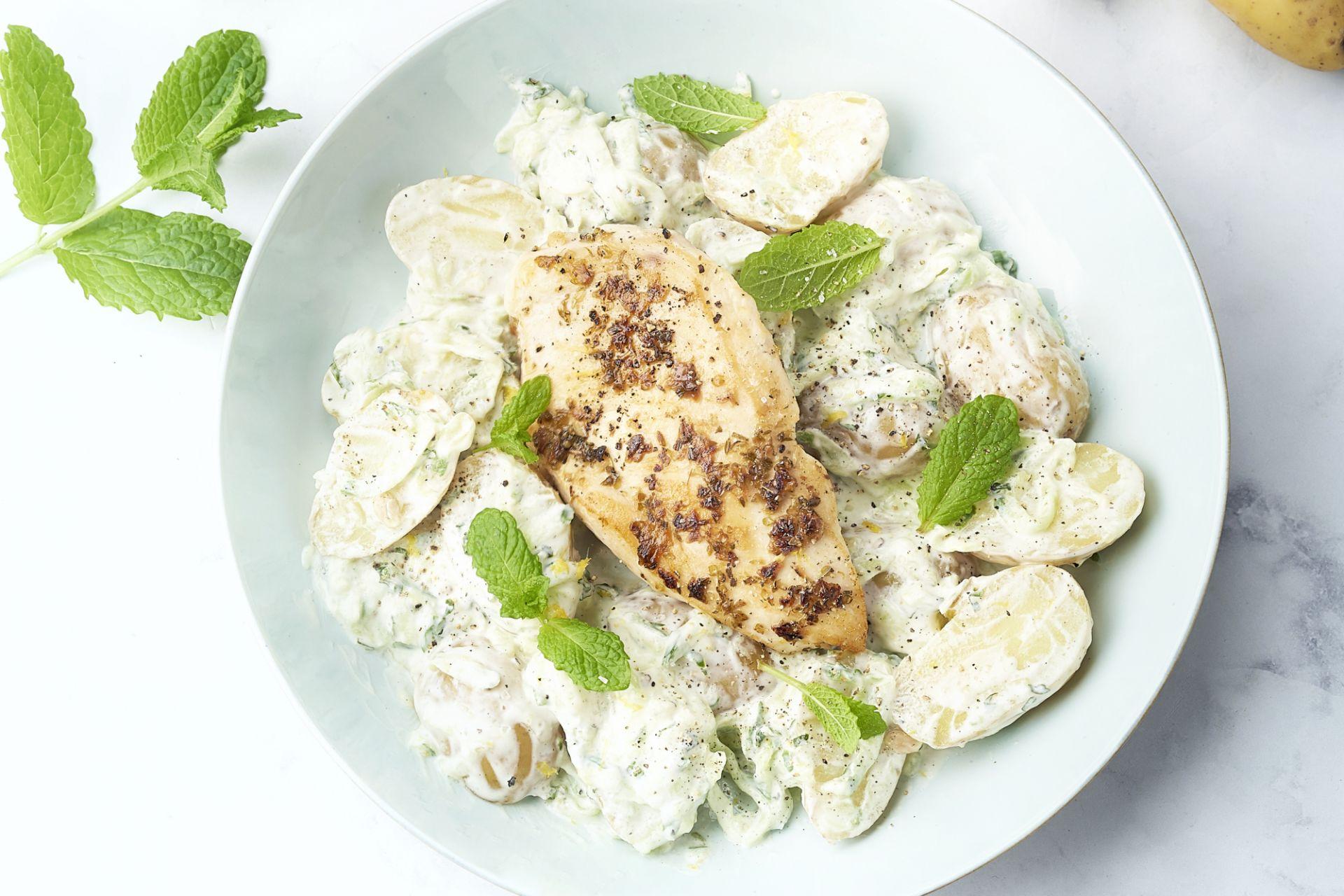 Griekse aardappelsalade met kip