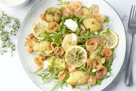 Geplette aardappelen met gerookte zalm en zure room