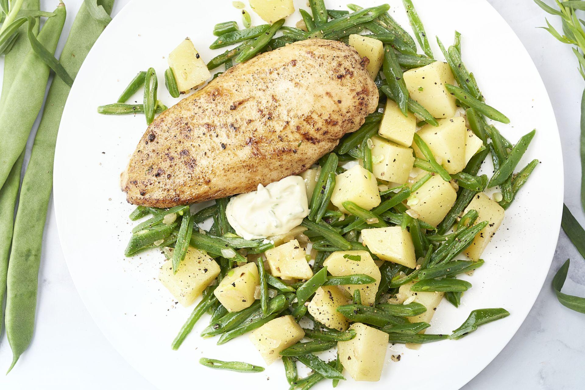 Kip met gebakken aardappelen, snijbonen en dragonmayonaise