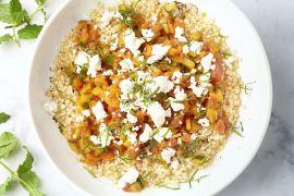Foto van Fregola sarda met tomaten-groentensaus en feta