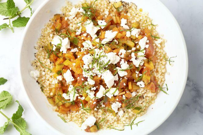 Fregola sarda met tomaten-groentensaus en feta