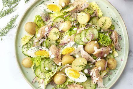 Frisse aardappelsalade met ei, dille en gerookte makreel