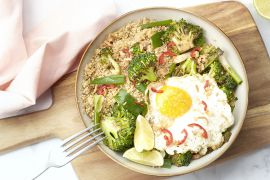 Foto van Aziatische quinoabowl met teriyaki broccoli en spiegelei
