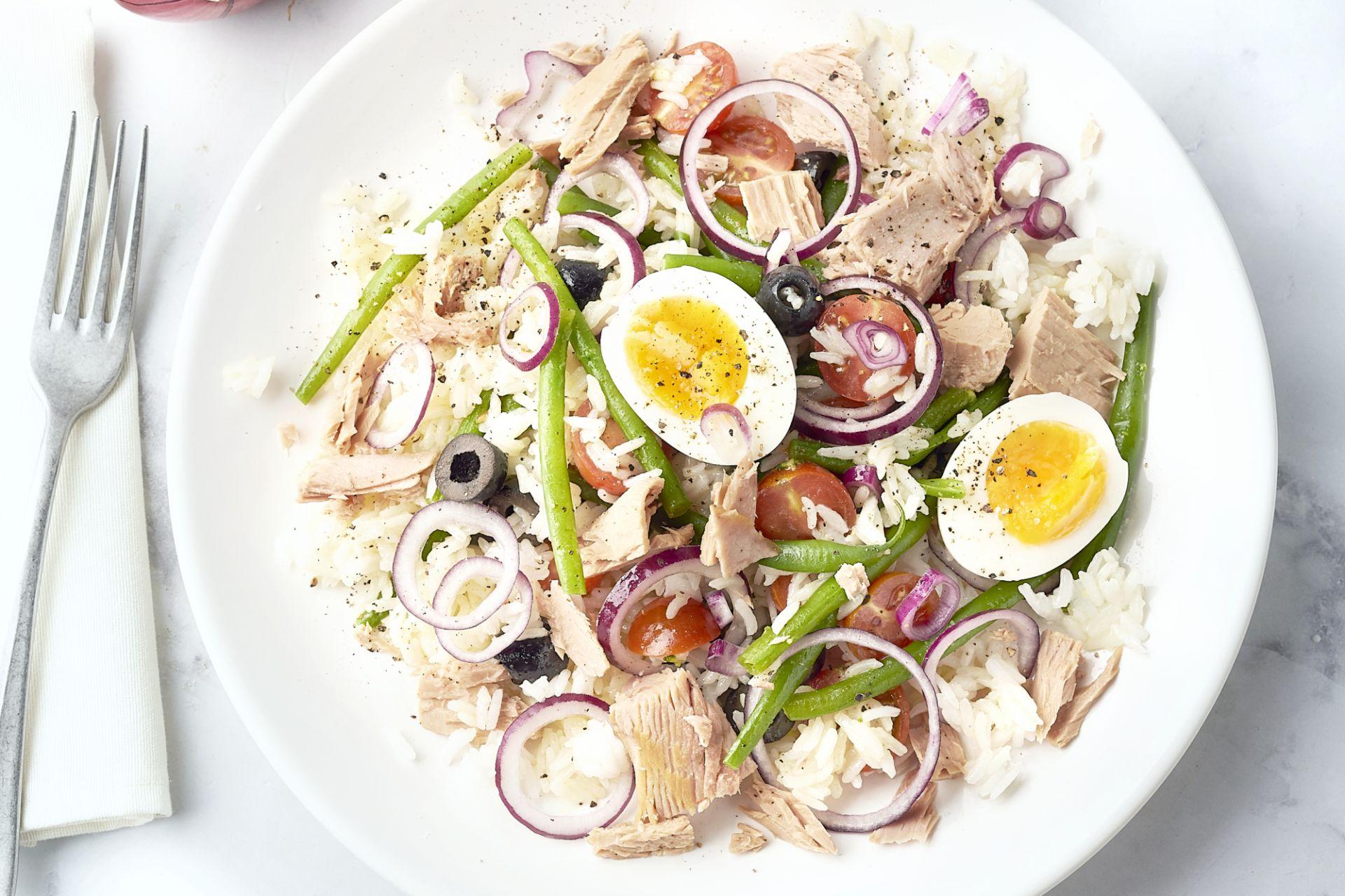 Rijstsalade met tonijn, ei en sperzieboontjes