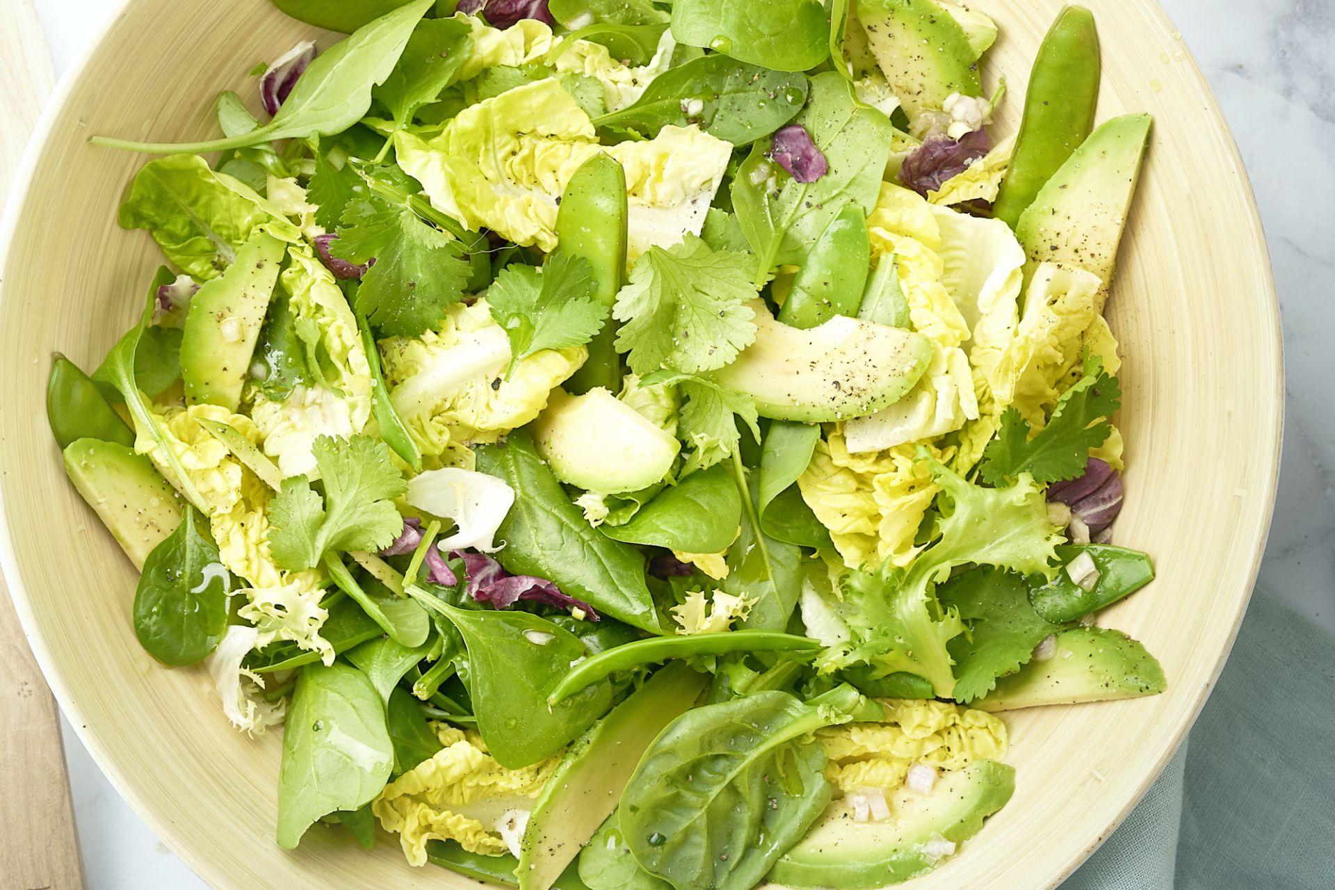 Groene salade met avocado en limoendressing