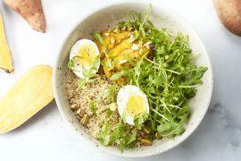 Foto van Quinoabowl met kurkuma-zoete aardappelpuree en eitjes