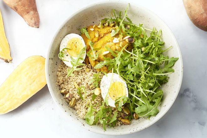 Quinoabowl met kurkuma-zoete aardappelpuree en eitjes