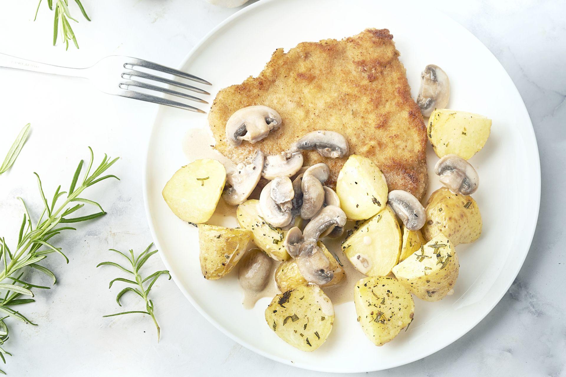 Schnitzel met champignonroomsaus en rozemarijnaardappelen