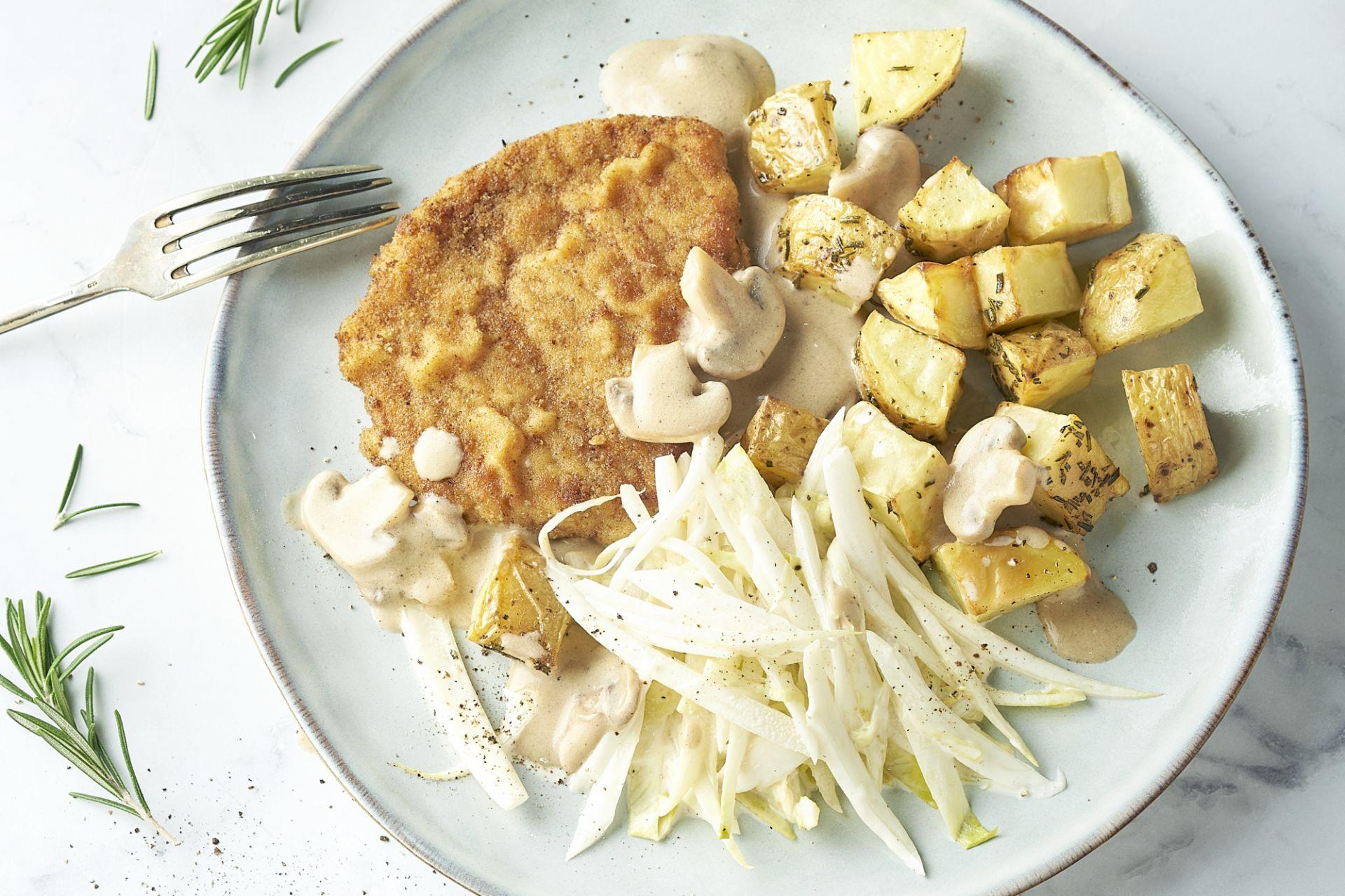 Schnitzel met champignonroomsaus, witloofslaatje en rozemarijnaardappelen