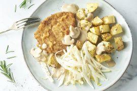 Foto van Schnitzel met champignonroomsaus, witloofslaatje en rozemarijnaardappelen