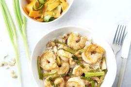 Foto van Kung pao scampi's met lente-ui en cashewnoten