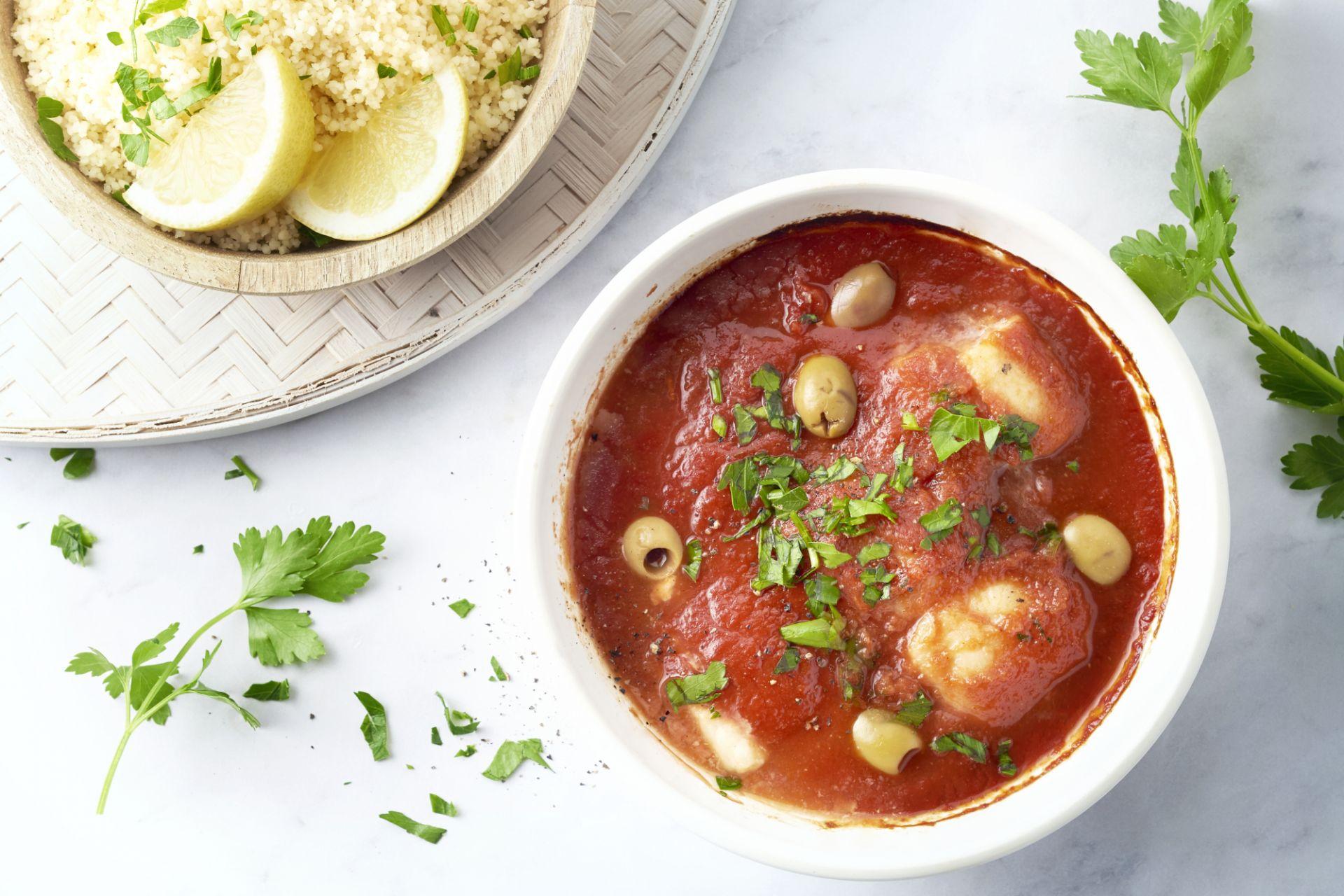 Vis in tomatensaus met olijven en couscous