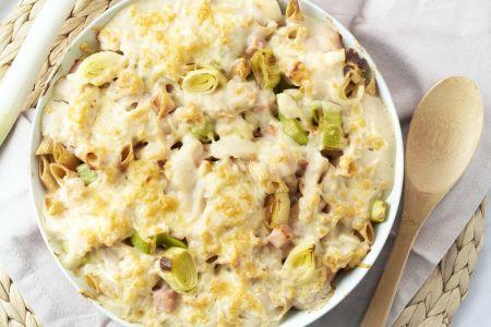 Volkoren pastaschotel met bloemkoolsaus, prei, ham en kaas