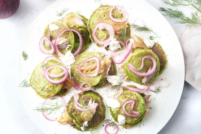 Spinaziepannenkoekjes met gerookte makreel en zure room