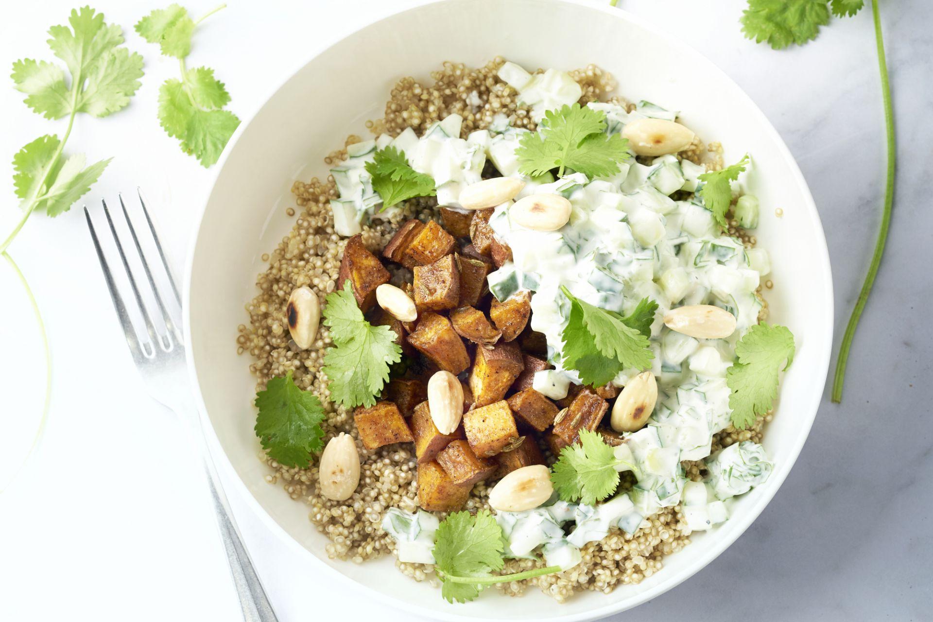 Indische quinoabowl met geroosterde zoete aardappel