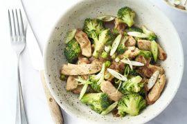 Foto van 'Sticky' varkensreepjes met broccoli en rijst