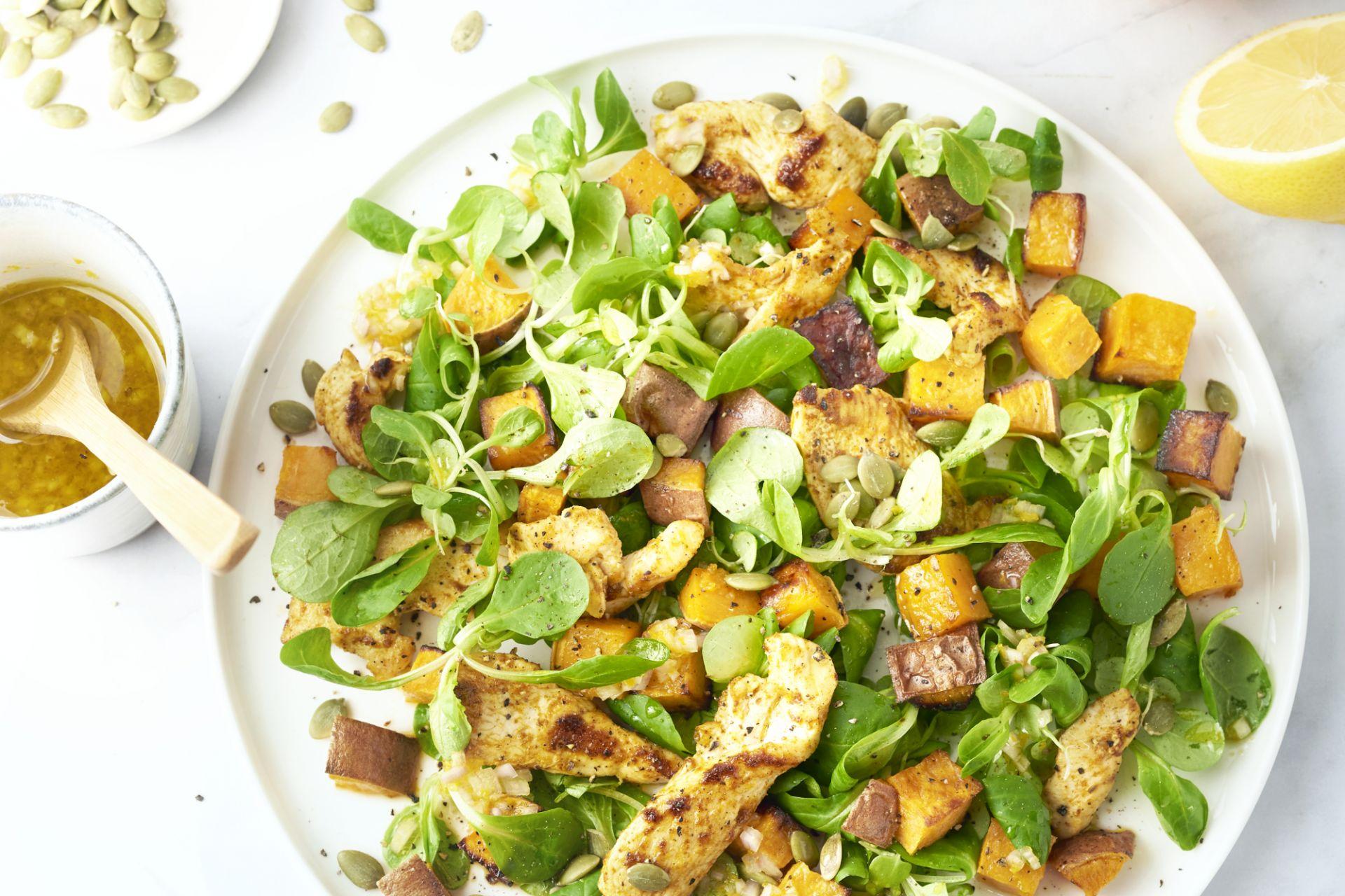 Salade van geroosterde zoete aardappel en kip met sinaasdressing
