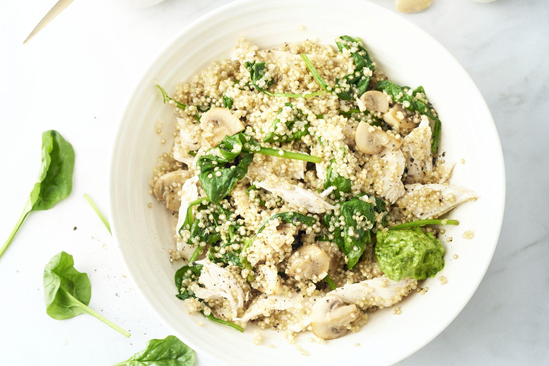 Quinoa met kip, champignons en spinaziepesto