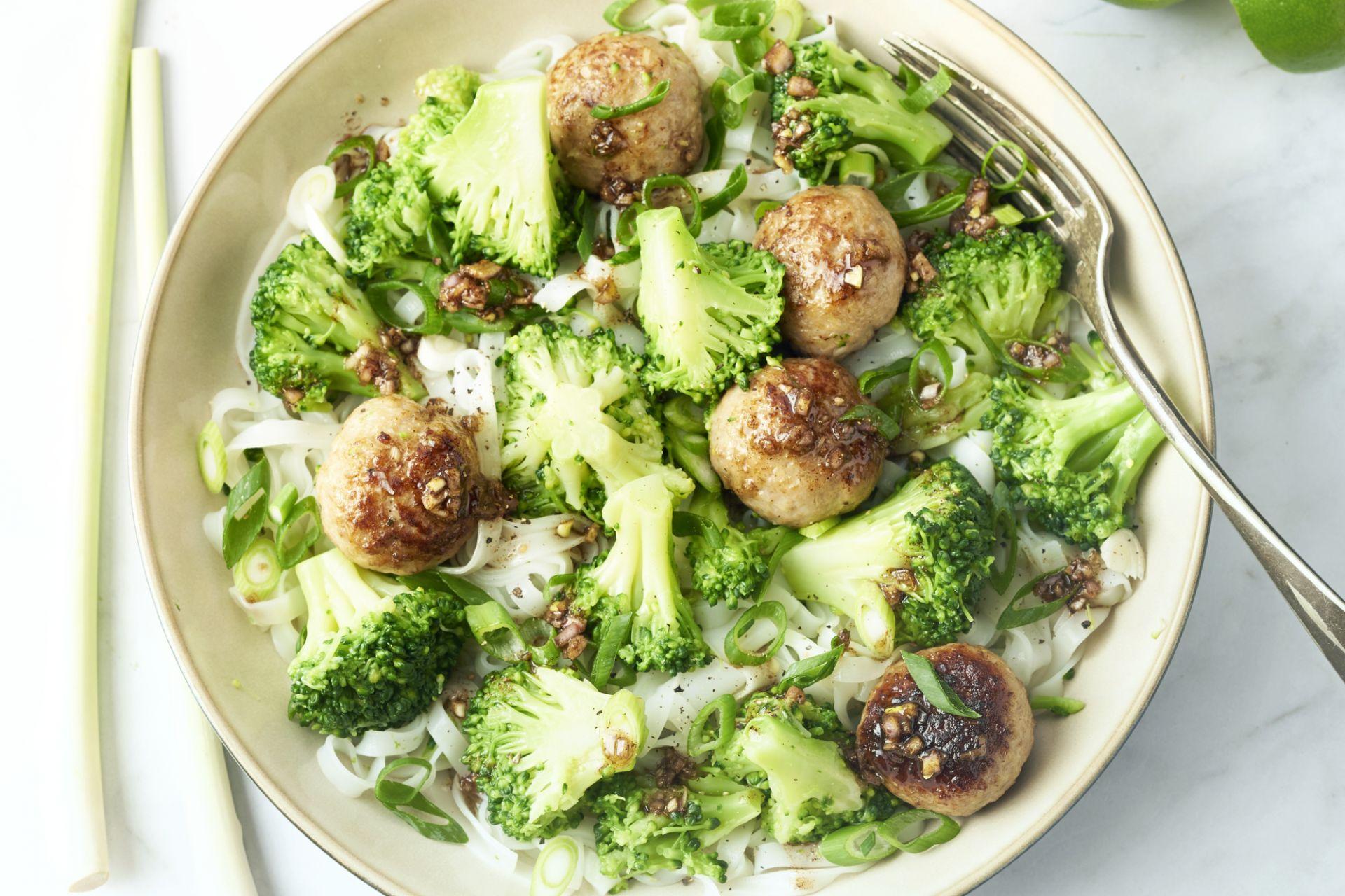 Rijstnoedels met gehaktballetjes, broccoli en vijfkruidendressing