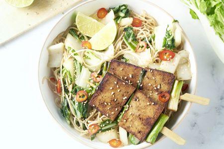 Tofu yakitori met paksoi en noedels