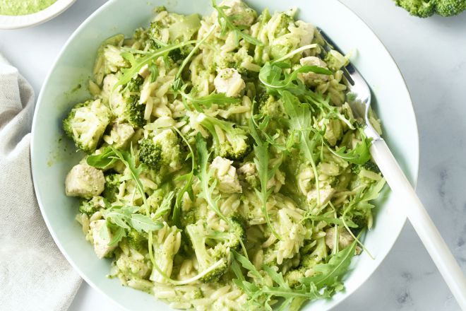 Risotto van orzo met kip, broccoli en rucolapesto