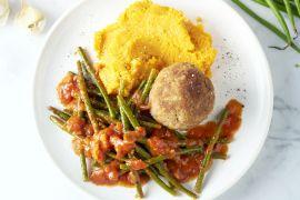 Foto van Gehaktbal met zoete aardappelpuree en boontjes in tomatensaus