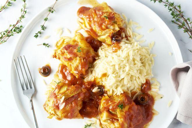 Gevulde spitskoolrolletjes met gehakt en olijven in tomatensaus met orzo