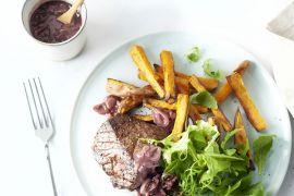 Foto van Steak met sjalottensaus, rucola en zoete aardappelfrieten