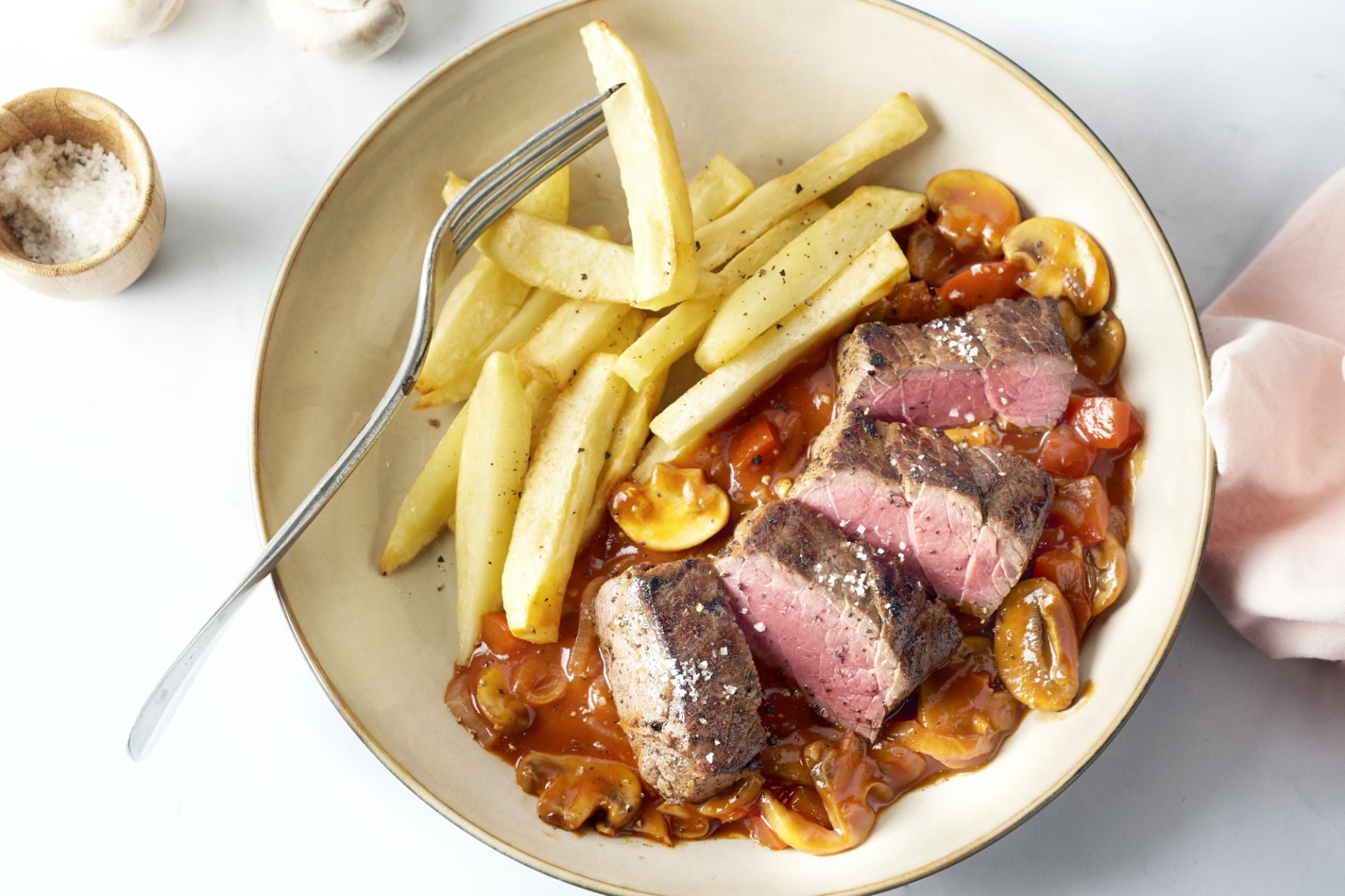 Steak met zigeunersaus en frietjes