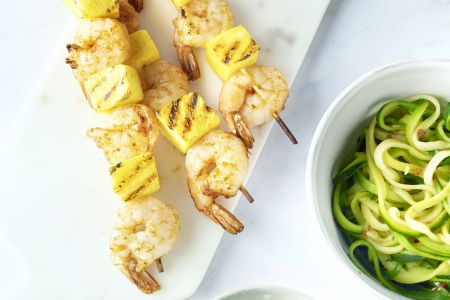 Scampibrochettes met ananas en courgettespaghetti
