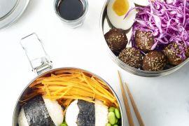 Foto van Bentobox met rijst, teriyakiballetjes, ei en groenten