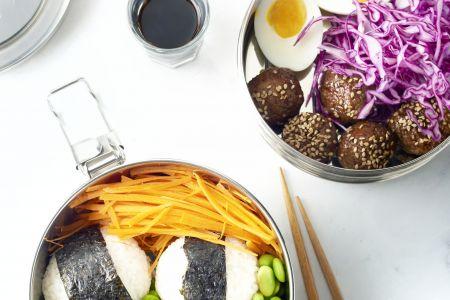 Bentobox met rijst, teriyakiballetjes, ei en groenten