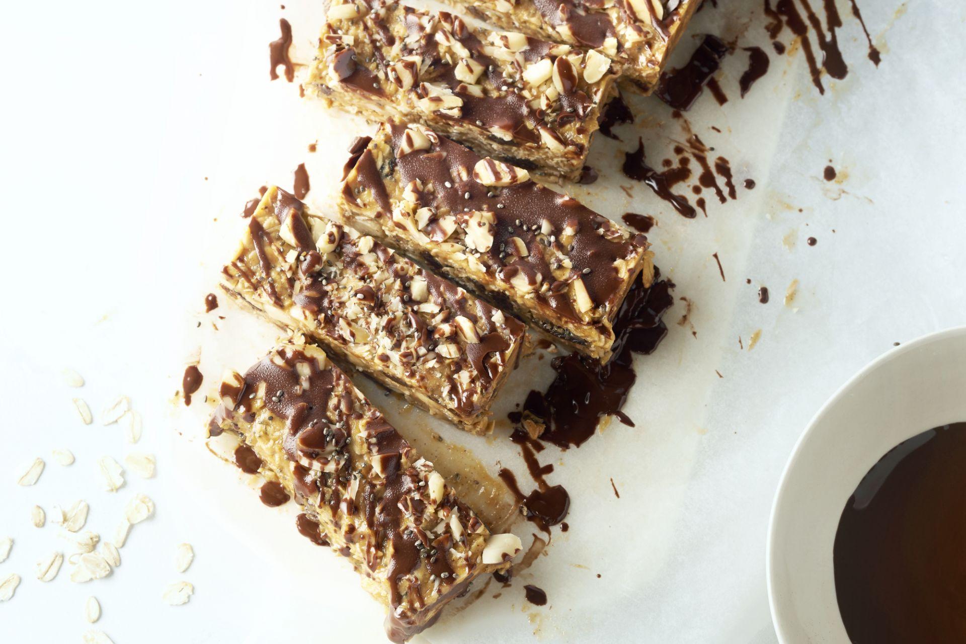 Mueslirepen met pindakaas, amandelen en chocolade