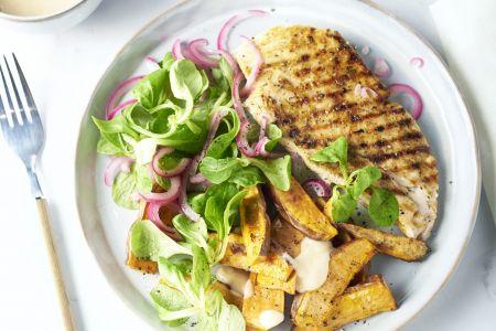 Gegrilde kip met chilimayonaise en zoete aardappelwedges