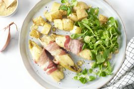 Foto van Witloofbootjes met spek en kaas, veldsla en geroosterde aardappelen