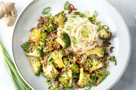 Noedels met rundsgehakt en broccoli