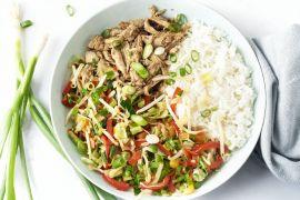 Foto van 'Sticky' pulled chicken met wokgroenten en rijst