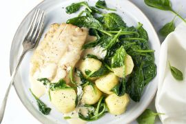 Foto van Witte vis met spinazie en mosterdroomsaus
