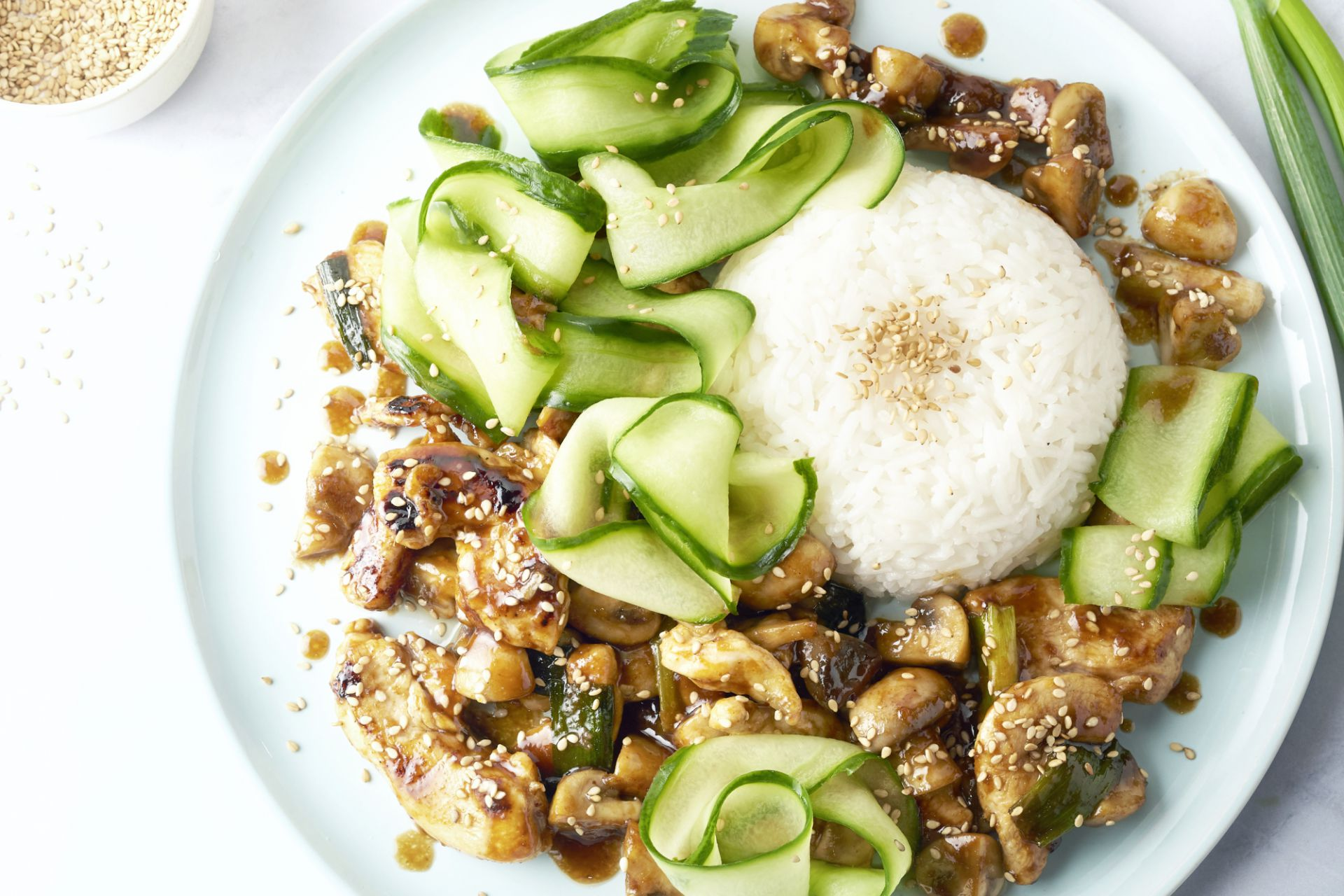 Hoisin kip met champignons en snelle komkommerpickle