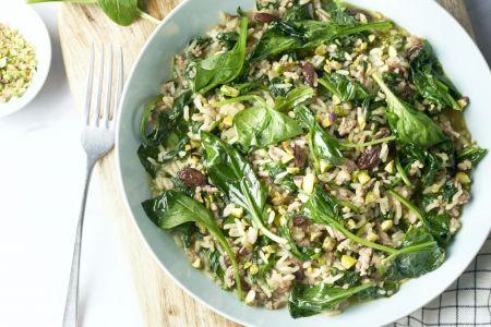 Pilaf met gehakt, rozijnen en spinazie